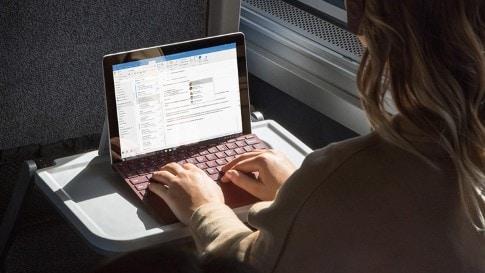Удобная подставка в комплекте Microsoft's Surface Go